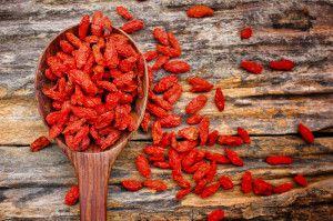 ягоды годжи на столе в ложке