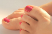 Почему чернеют ногти?